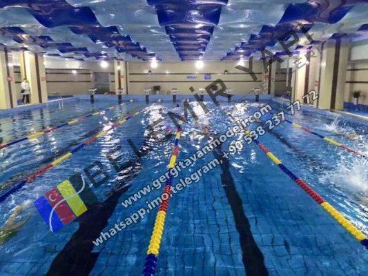 tam olimpik havuz 50 mere uzunlugunda 25 metre genişliğinde 5 metre derinliğinde kulvar sayısı 10 dur. 2,5 metre kulvar genişliğinde